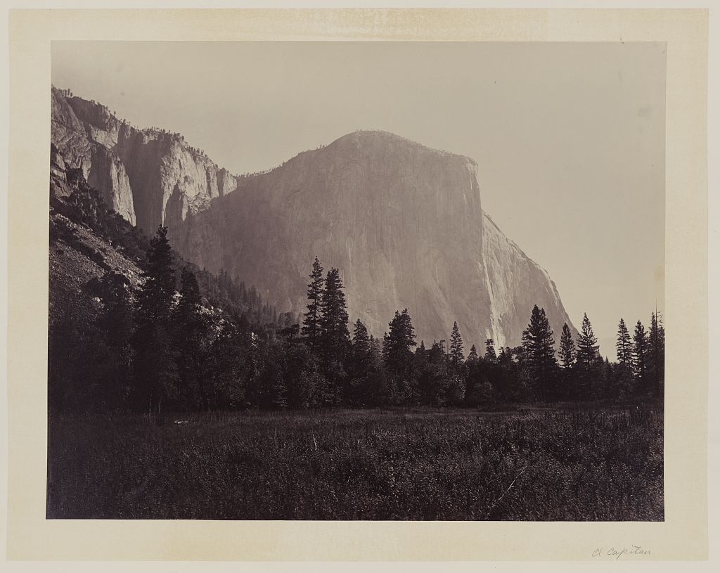 Immagine che contiene fotografia, montagna, bianco, facciata  Descrizione generata automaticamente